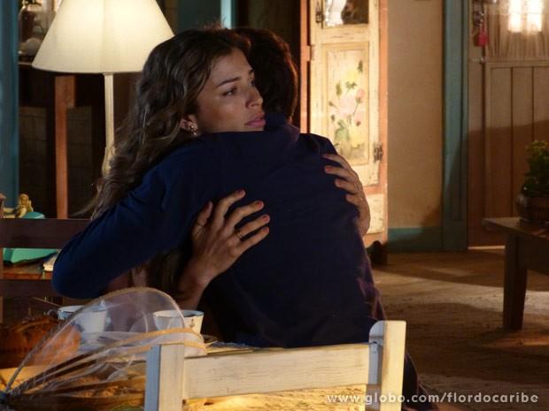 Cassiano abraça Ester e pede que ela saia de casa (Foto: Flor do Caribe/ TV Globo)