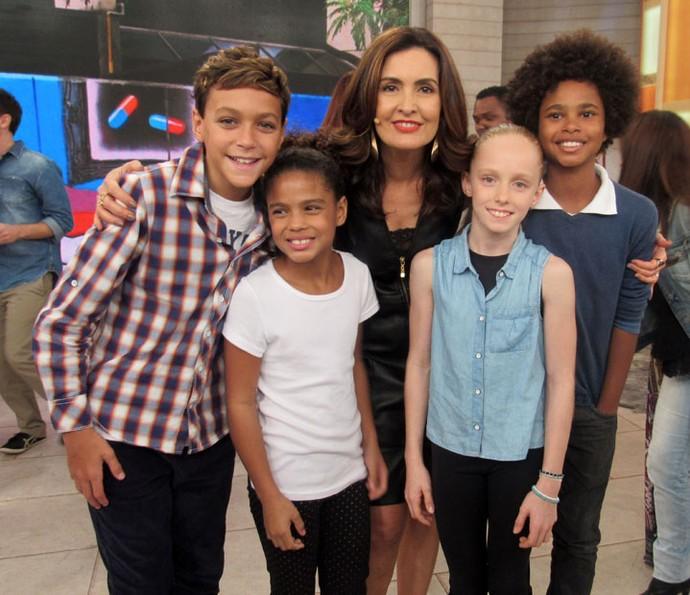 Fátima com as crianças que participaram do clipe das Olimpíadas (Foto: Juliana Hippert/Gshow)