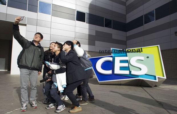 Universitários sul-coreanos tiram uma selfie na frente do centro de convenções em Las Vegas onde é realizada a feira internacional de eletrônicos CES 2015. (Foto: Steve Marcus/Reuters)