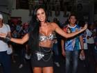 Lorena Bueri cai no samba e mostra demais de top e saia curtinha