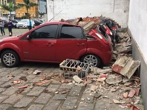 Beiral desabou sobre cinco carros que estavam estacionados no local (Foto: Bruno Nunes/G1)