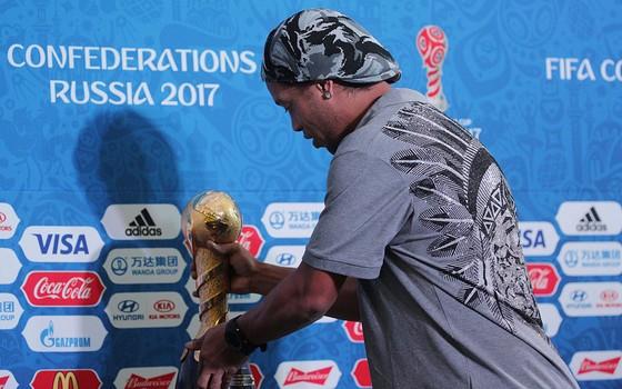 Ronaldinho Gaúcho e a taça da Copa das Confederações de 2017, a ser realizada na Rússia (Foto: Getty Images)