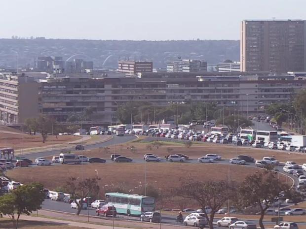 Trânsito congestionado no Eixo Monumental por causa dos bloqueios na via devido ao julgamento do impeachment (Foto: TV Globo/Reprodução)