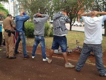 PM faz abordagem na Praça Wilson Joffre, no centro de Cascavel (PR). (Foto: Priscila Luparelli/RPCTV)