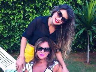 Paula Fernandes no colo da mãe, Dulce (Foto: Arquivo Pessoal)