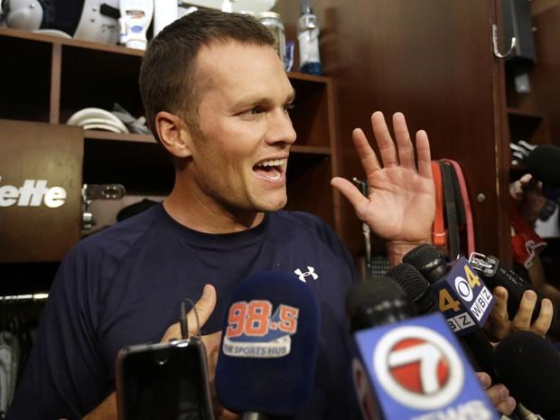 Tom Brady fala com jornalistas no vestiário do New England Patriots, antes de treino na quarta (16) (Foto: AP Photo/Steven Senne)