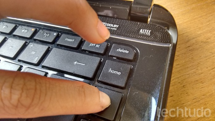 Tecla do notebook sendo pressionada no centro  (Foto: Divulgação/ Raquel Freire)