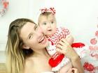 Debby Lagranha e a filha posam em clima de Natal e Ano Novo