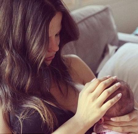 """""""Amamentar é algo belo. Não é algo para se envergonhar. Este é o vínculo que Deus planejou"""", disse a atriz em seu Instagram. (Foto: Instagram)"""