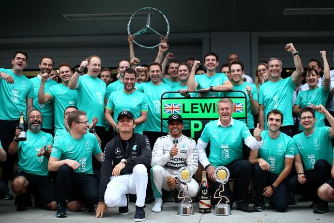 Nico Rosberg e Lewis Hamilton comemoram bicampeonato da Mercedes no Mundial de Construtores (Foto: Getty Images)