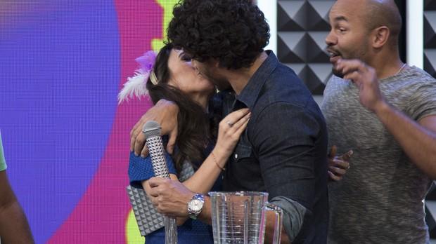Jesus Luz beija Tat Werneck em gravao do Tudo Pela Audincia (Foto: Samuel Kobayashi/Multishow)