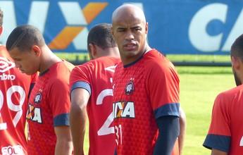 Com mistério, Atlético-PR treina com Thiago Heleno, mas sem Paulo André