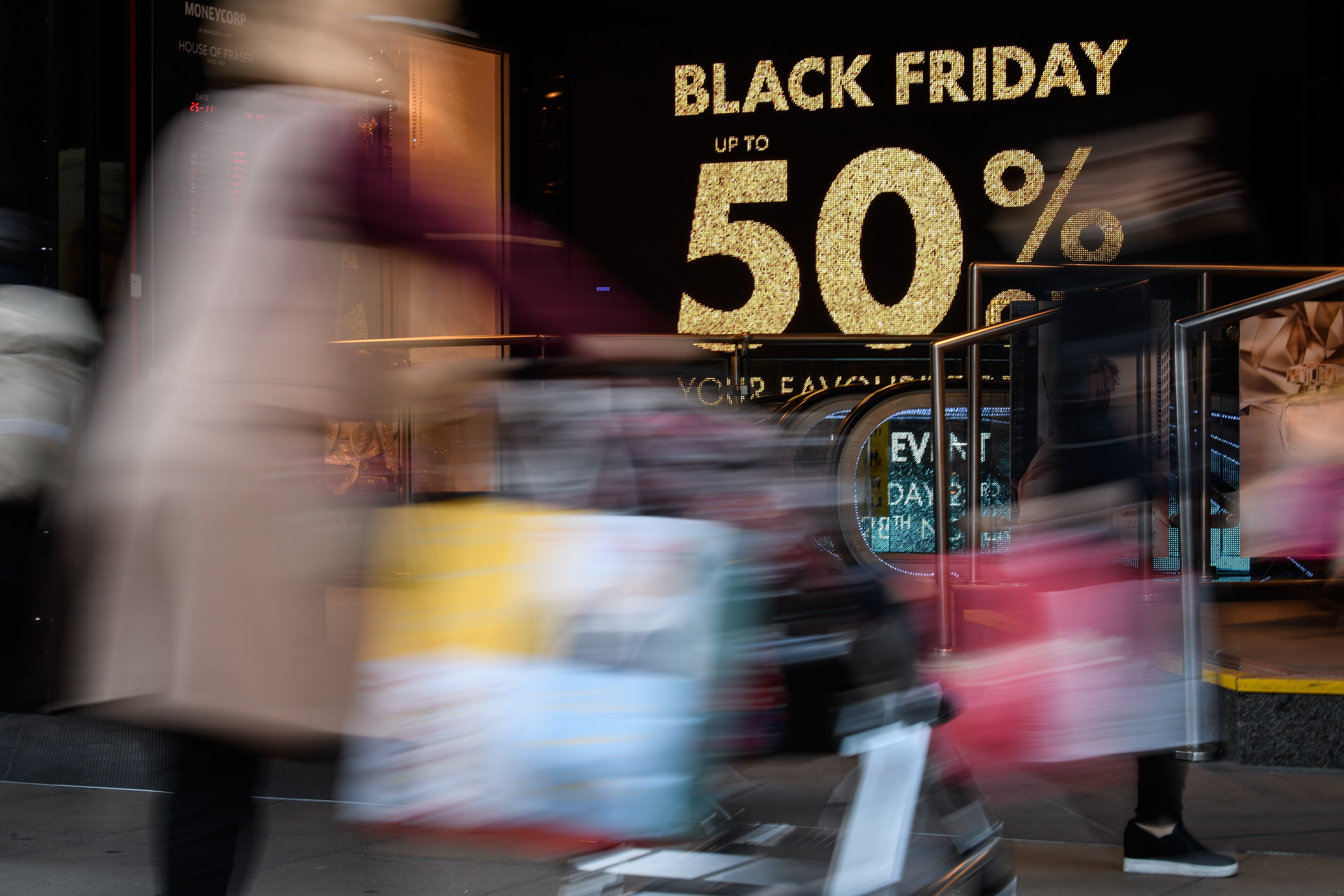"LONDON, ENGLAND - NOVEMBER 25:  Shoppers carry their purchases on Oxford Street as stores offer discounted items in their ""Black Friday"" sales on November 25, 2016 in London, England. Retailers have found that more shoppers are making their purchases onli (Foto: Getty Images)"
