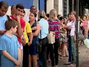 Em Colatina, vários moradores foram para a fila  (Foto: Reprodução/ TV Gazeta)