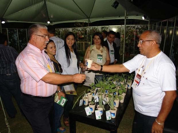 Robson Santos, à direita, explica o Pais durante a feira do empreendedor (Foto:  Carlos Augusto F. Lima)