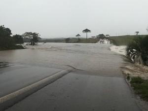 Acidente aconteceu por volta de 14h30 na Barragem do Vacaro. (Foto: Caroline Zanchet/Divulgação)