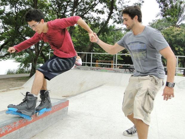 """Danilo """"dando uma mãozinha"""" para David fazer uma manobra (Foto: Foto: Malhação / TV Globo)"""