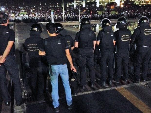Policiais fazem barreira contra manifestantes em frente ao Congresso (Foto: Fabiano Costa)