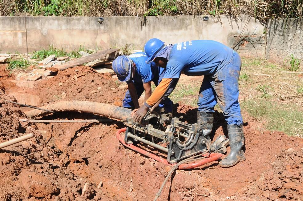 Técnicos da Caesb fazem trabalho de reparação em canos (Foto: Gabriel Jabur/Agência Brasília)