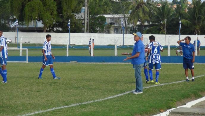 Ênio cobrou bastante e oirentava os atletas durante o amistoso (Foto: Nívio Dorta/GloboEsporte.com)
