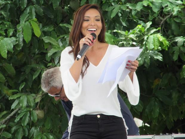 Carol Nakamura foi a apresentadora do concurso (Foto: Marcelo Elizardo/ G1)