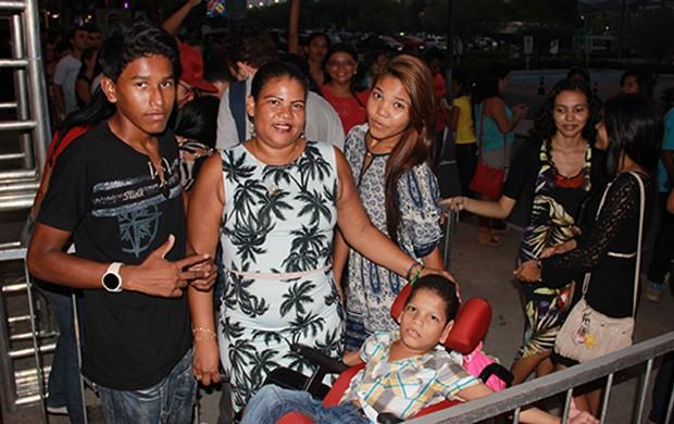 Paula dos Santos leva os filhos para assistirem aos shows (Foto: Katiúscia Monteiro/ Rede Amazônica)