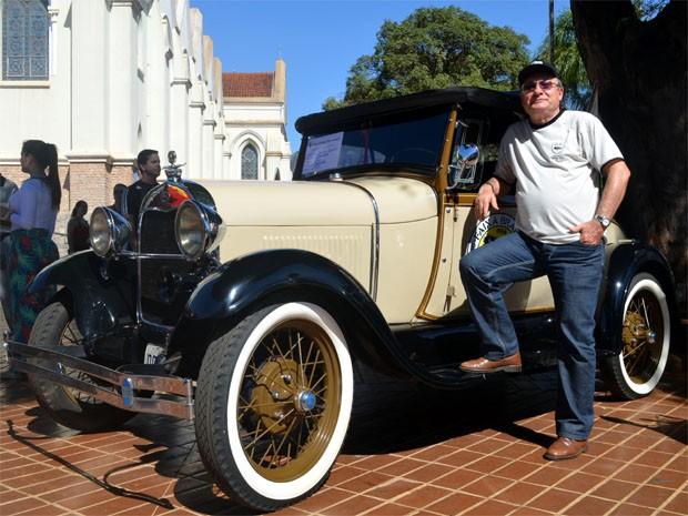 João Luiz Sverzut e o seu Ford Baratinha 1929 em Sertãozinho (Foto: Clayton Castelani/ G1)