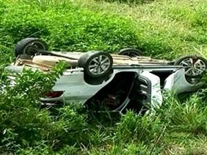 Carro caiu em matagal na BR-080 em São Domingos do Norte (Foto: Reprodução/ TV Gazeta)