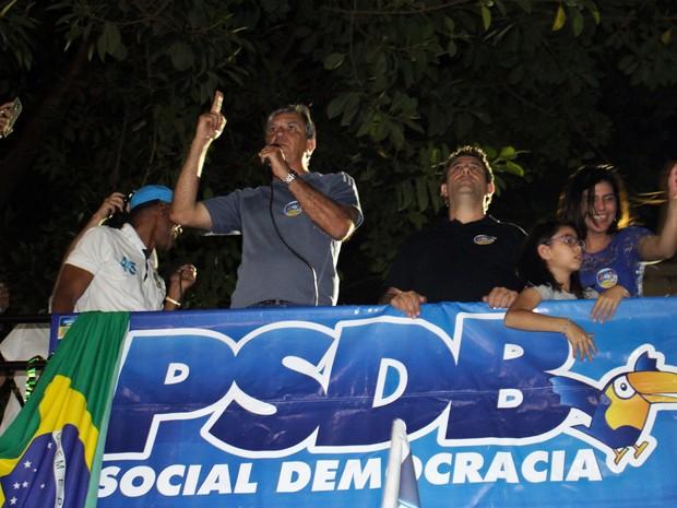 Rafael Simões (PSDB) em comemoração no Centro de Pouso Alegre, MG (Foto: Julian Andrew)
