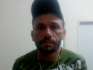 Suspeito foi detido pelo dono do imóvel, antes da polícia chegar (Foto: Divulgação/Polícia Militar)