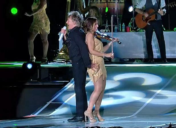 Em sua 3ª (TERCEIRA) roupa na noite, Rod chama a violinista para a frente do palco e comemora seu time do coração, o escocês Celtic (Foto: Reprodução/Gshow)