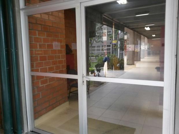 Enem 2015 domingo (25) - Portão da UFSC foi fechado às 13h (Foto: Guilherme Sá/RBS TV)