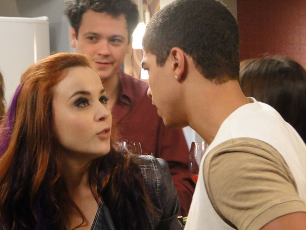 Jeffinho fala para Débora parar de andar com Bernardo, mas a garota dá fora no pagodeiro (Foto: Malhação / Tv Globo)