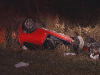 Um dos veículos envolvidos em acidente na altura da MI 8 do Lago Norte, no DF,  capotou (Foto: TV Globo/Reprodução)