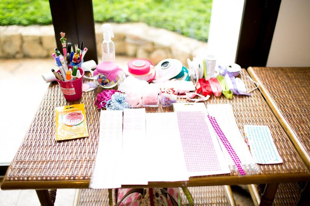Carolina já ganhou várias lembrancinhas dos seus convidados com a oficina oferecida pela Cássia Fazendo Arte (Foto: Reprodução / Karin Michels Photography)