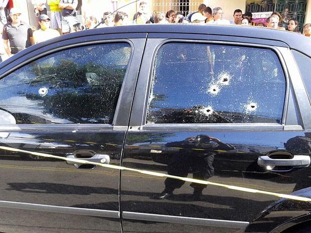 Disparos atravessaram os vidros do carro; mulher morreu na hora  (Foto: Divulgação/PM)