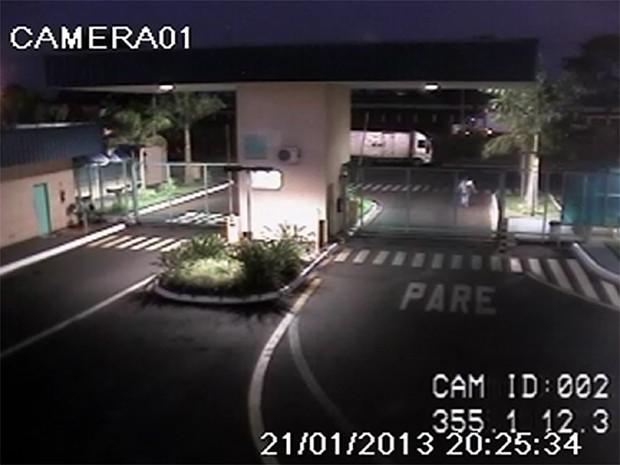 Thalita é vista saindo da empresa na noite de segunda-feira (22) (Foto: Reprodução/EPTV)