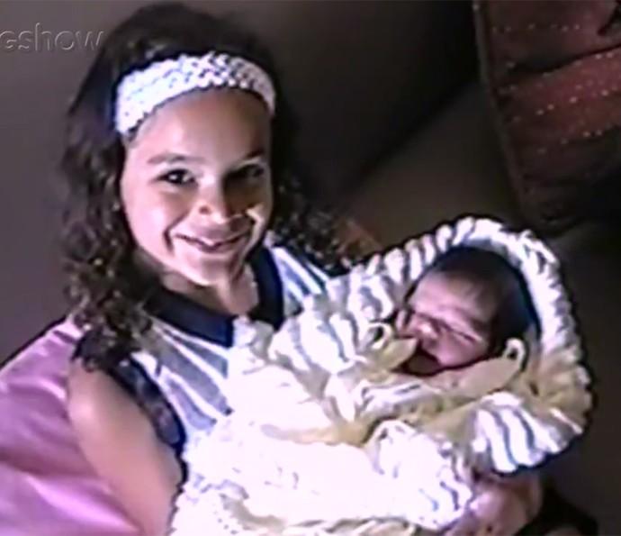 O grude com a irmã Luana começou cedo! Bruna é superparceira da caçulinha dos Marquezine (Foto: Gshow)
