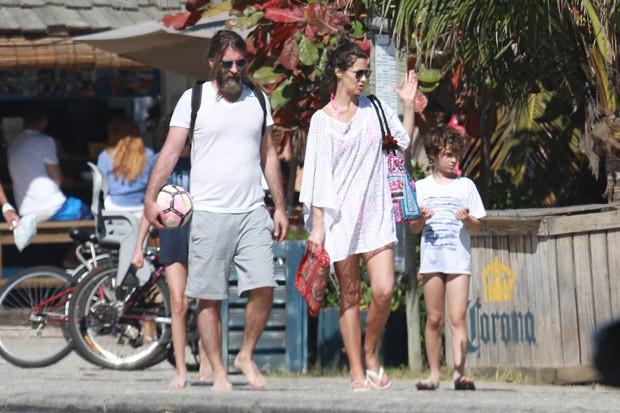 Maria Fernanda Cândido e família na praia (Foto: AG News)