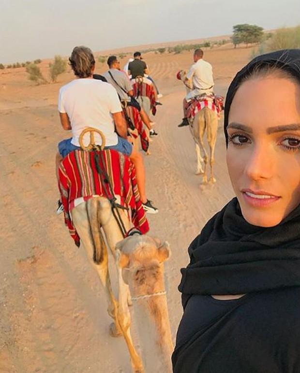 Bia Feres durante passeio de camelo no deserto (Foto: Reprodução/Instagram)