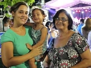 Família acompanhou a chegada do papai Noel na Ponta Negra (Foto: Ive Rylo/G1 AM)