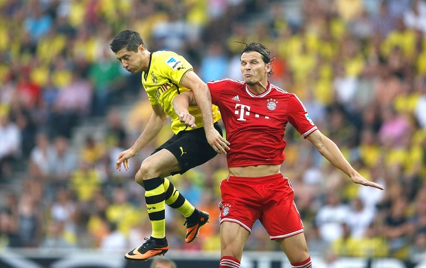 Robert Lewandowski jogo Dortmund contra o Bayer de Munique (Foto: Reuters)