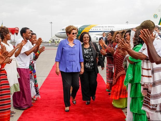 Dilma Rousseff é recebida na chegada a Adis Beba, na Etiópia.  (Foto: Roberto Stuckert Filho/PR)