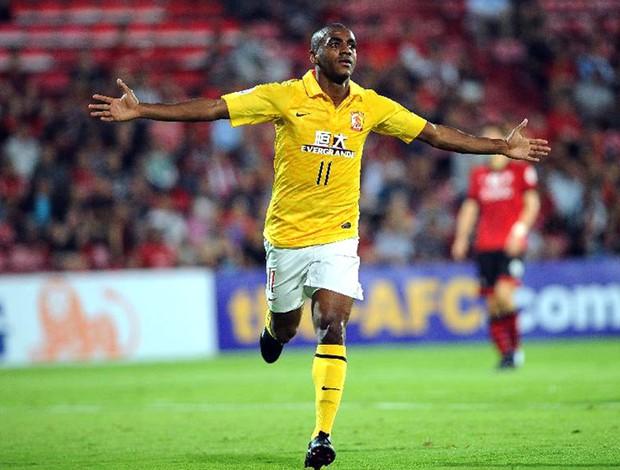 Muriqui comemora gol na partida do Guangzhou Evergrande (Foto: Divulgação / Site Oficial do Guangzhou)