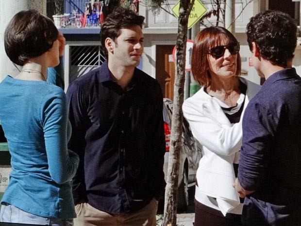 Érico, Caio e Sílvia falam sobre a possível carreira de Giane (Foto: Sangue Bom / TV Globo)