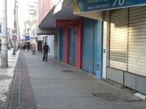 Lojas do Centro de Aracaju fechadas (Foto: Marina Fontenele/G1)