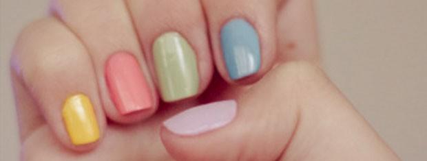 Usar uma cor em cada unha também dá um  tom diferente ao look e deixam o ar mais alegre (Foto: Divulgação)