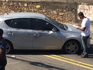 Carro roubado por bandidos que trocaram tiros com policiais em Quintino (Foto: Alba Valéria Mendonça/G1  Rio)