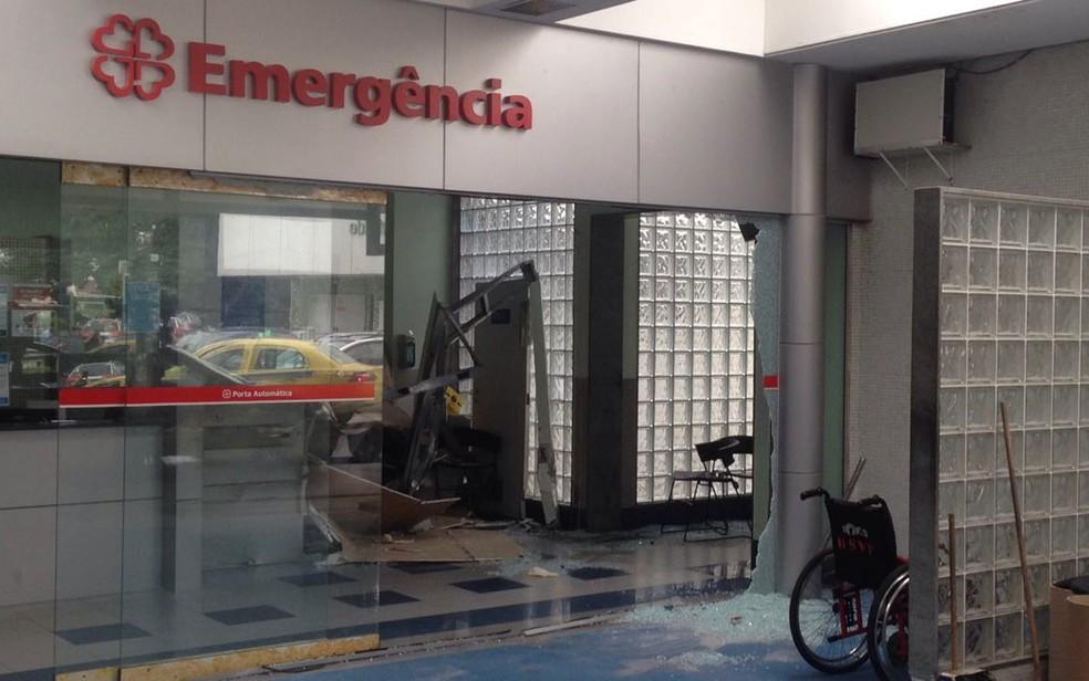 Recepção de unidade hospitalar ficou com os vidros quebrados após acidente (Foto: Bruno Albernaz / G1 )