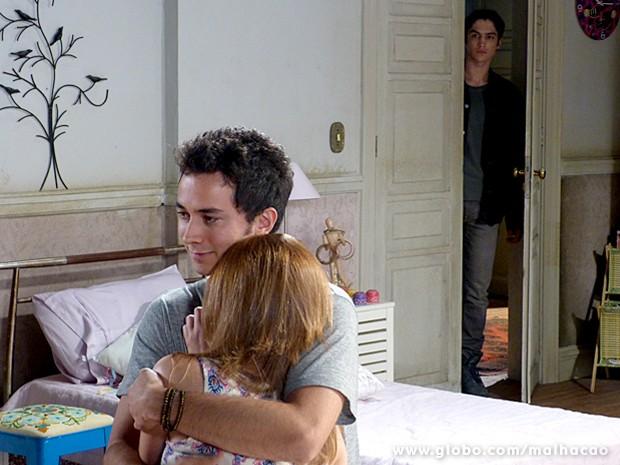 Antônio ouve o papo de Ben e Anita e decide se meter (Foto: Malhação / TV Globo)